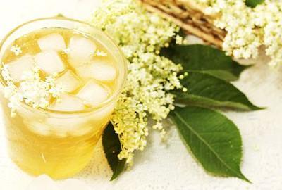 bazový kvet a drink